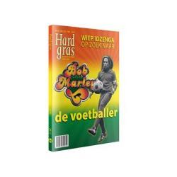 HARD GRAS 84. WIEP IDZENGA OP ZOEK NAAR DE VOETBALLER.