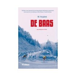 DE BAAS. COMPLOT ACHTER DE SCHERMEN VAN DE TOUR DE FRANCE.